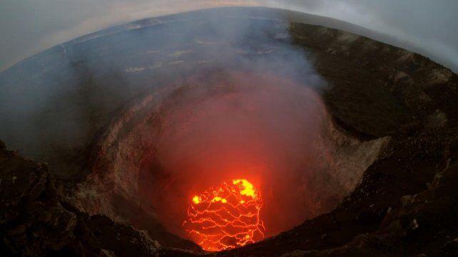 Dramáticas imágenes de la lava del volcán Kilauea avanzando por calles y casas de Hawai