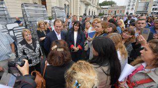 Mobiliario. Ayer se entregaron 1.092 conjuntos bipersonales para 75 escuelas del Departamento Paraná.
