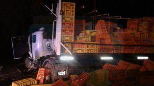 Volcó un camión en el Parque Industrial: el conductor quedó atrapado