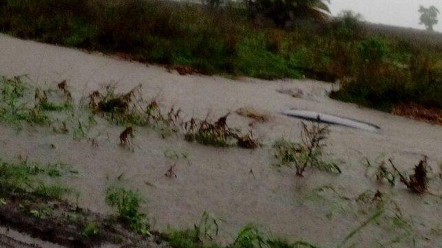Su auto quedó bajo el agua al ser arrastrado por la corriente en la ruta 6