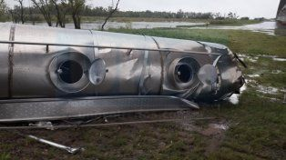 Un camión cisterna cargado con leche volcó y vertió su carga en el río