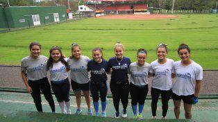 En casa. Las chicas posaron con el fondo del Estadio Nafaldo Cargnel que será la sede del certamen internacional. Ellas se han entrenado muy duro para ser protagonistas.