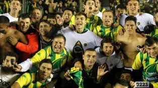 La consagración. Por suspensión Telechea no pudo jugar la final ante Almagro. Igual celebró la conquista junto a sus compañeros de plantel.