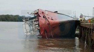 Hundido. El buque permanecía en el muelle 7 del Puerto.