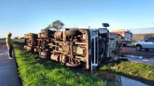 Un chofer resultó lesionado al volcar su camión cargado con ladrillos