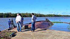 Autoridades de la provincia monitorearon a la embarcación hundida.