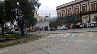 Necesidad. La cantidad de gente sorprendió a quienes pasaban frente a la estación del ferrocarril.