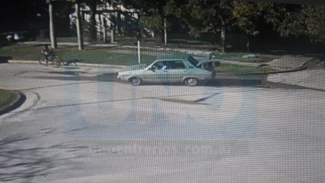 Con las manos en la masa. Las cámaras registraron el momento en que el auto llevaba los rollos.