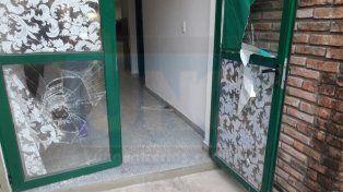 Destrozada. La puerta de ingreso a la escuela sintió el rigor delictivo.