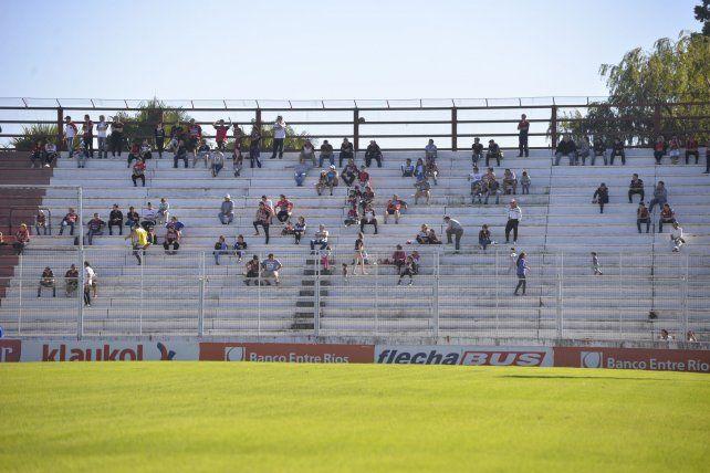 La tribuna popular en el partido frente a Banfield.