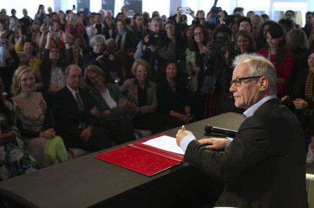 Un paso. El director del Festival de Cine de Cannes Thierry Fremaux firma la Promesa