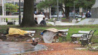 Dormir en la plaza. Mucha gente pasa al lado