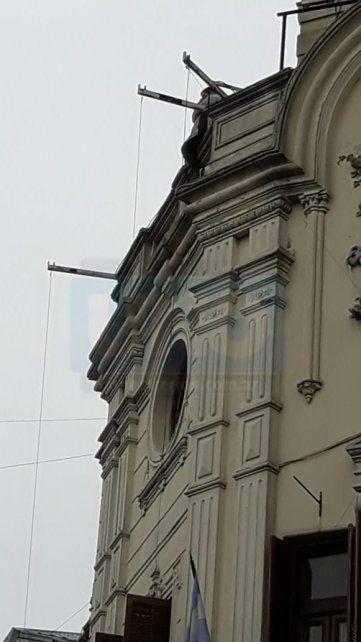 Un hombre amenazó con tirarse del palacio municipal de Paraná