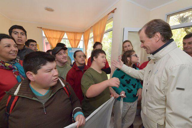 Recorrida por Colón. El gobernador habló de la situación de la provincia en una escuela.