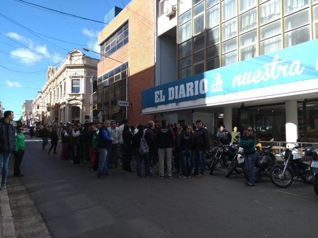 Hay movilización y olla popular por los despidos en El Diario de Paraná