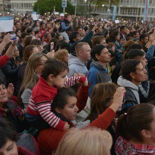 Las familias siguen el concierto de Los Palmeras y la filarmónica.