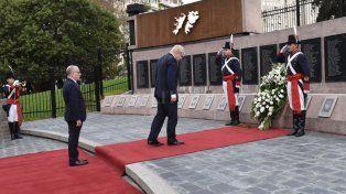 El canciller del Reino Unido, Boris Johnson, homenajeó a los soldados argentinos caídos en Malvinas.