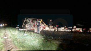 Camión que trasladaba pollos volcó en la Ruta 12: el chofer fue hospitalizado