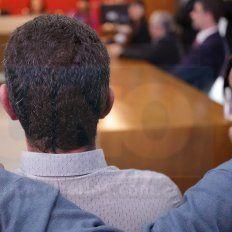 Con el alma. Fabián Schunk, estrecha en un abrazo a José Riquelme, durante la lectura del veredicto.