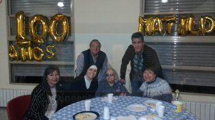 La abuela Matilde Nuñez cumplió 100 años y lo festejó con sus afectos en Don Uva