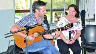 En las Redes. La foto del juez tocando la guitarra y la viceintendenta.