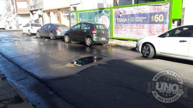 Atención con el pozoEn calle Pellegrini entre Montevideo y Carbó está este semejante pozo que además tiene una      pérdida de agua. Pleno centro de la ciudad de Paraná y nadie escucha. Llamamos los vecinos para pedir que vengan a repararlo