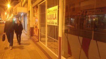 Postal. Como ya es habitual, en numerosas cuadras del centro paranaense hay comercios que lucen cerrados.