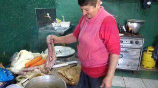 VIDEO: En barrio Güiraldes hicieron chocolatada para los chicos y buseca para las familias