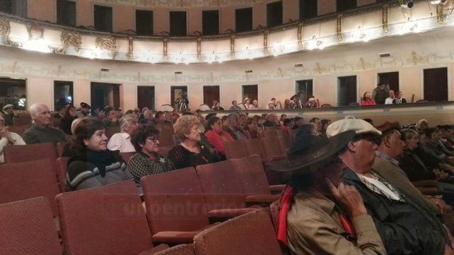 VIDEOS: Payadores se lucieron con el contrapunto, en el Teatro 3 de Febrero