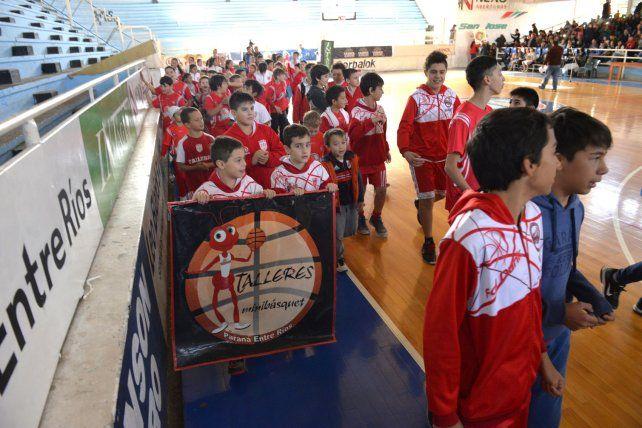 El Rojo. Los chicos de Talleres tomaron parte del acto en el AEC..