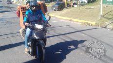 Transporte de cargaMiren esta foto. En moto por Casiano Calderón y Montiel en Paraná, un peligro.