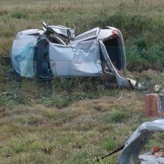 Impresionante vuelco. El auto quedó muy dañado y el acompañante internado en el Masvernat.