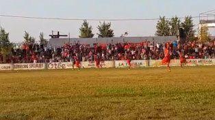VIDEO: Arquero entrerriano se convirtió en héroe al meter un gol y atajar un penal sobre la hora