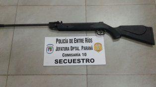 Aire comprimido. Con esta arma fue lesionado en el rostro un policía.