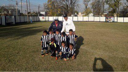 Marcos Rojo visitó su primer club y llevó regalos para los chicos