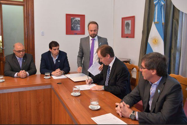 La firma. Los presidentes municipales firmaron la semana pasada el compromiso junto al gobernador.