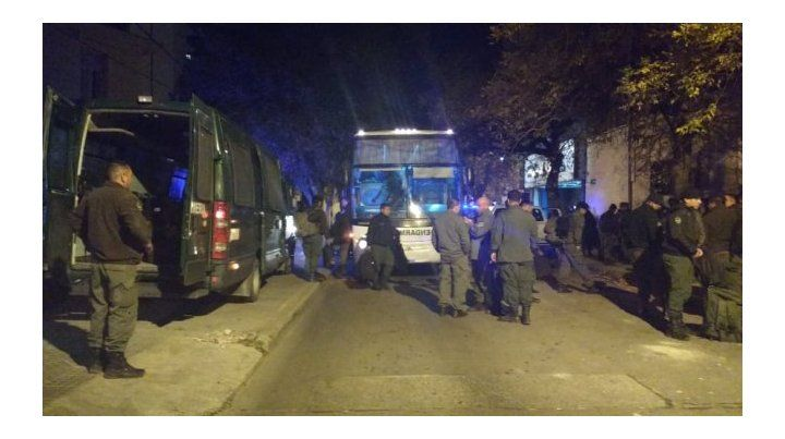 Operativo. Los prefectos irrumpieron con violencia en el asentamiento de Retiro