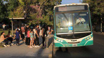 El 19 de abril por la tarde los usuarios toman el colectivo que esperaron durante un buen rato.