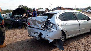 Un auto despistó y chocó a otro que estaba estacionado al costado de la ruta