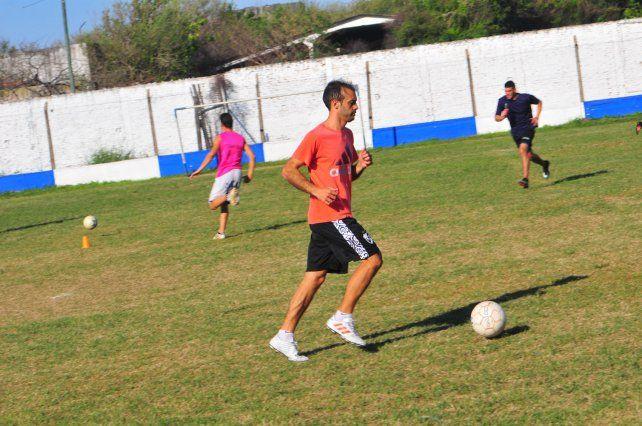 Con la redonda. Damián Steinert en el entrenamiento que realizó ayer Sportivo Urquiza en su estadio ubicado en barrio La Floresta.