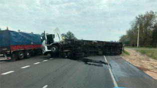 Camión volcó en la Autovía y su conductor abandonó el rodado