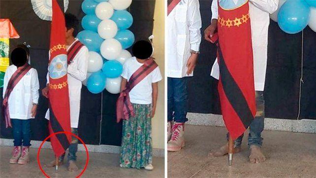 La foto del nene abanderado y descalzo que conmueve al país