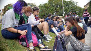 Estudiantes que armaron un programa de radio feminista.