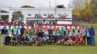 El plantel de la Selección Sub 15 de la Liga Paranaense de Fútbol junto al cuerpo técnico Foto UNO Mateo Oviedo