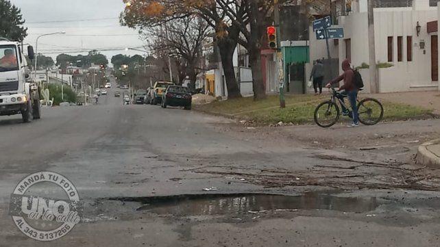 Tremendo pozo.Este pozo se encuentra en avenida Churruarín y Rondeau en la ciudad de Paraná. No solo que es un peligro por sus dimensiones
