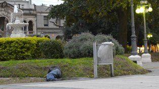 Un hombre vencido por el consumo de alcohol el miércoles en la plaza 1°de Mayo.
