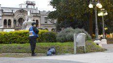 El miércoles la mujer policía se acercó hasta el hombre que dormía en la plaza por la borrachera.