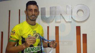El paranaense con la camiseta de Guastatoya y la medalla del título obtenido con el Torneo Clausura