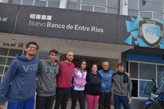 Parte del equipo. Junto al entrenador Pedro Ramos los palistas se entrenan esperando la cita del 23 y 34 de junio.