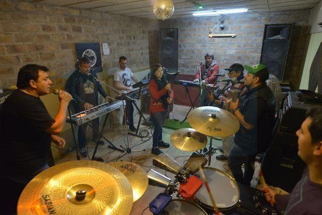 Los Príncipes intramuros: Ensayo, anécdotas y presente de la banda que hace bailar al país